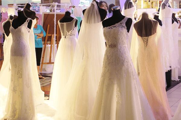 結婚式は初めてのことだらけでどこから手をつけたら良いのかわからないという方も多くいらっしゃると思います。BLESS BALIではウェディングドレスは購入でと決めている